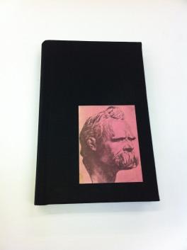 Enquadernació tela negre amb retrat d'autor al pla